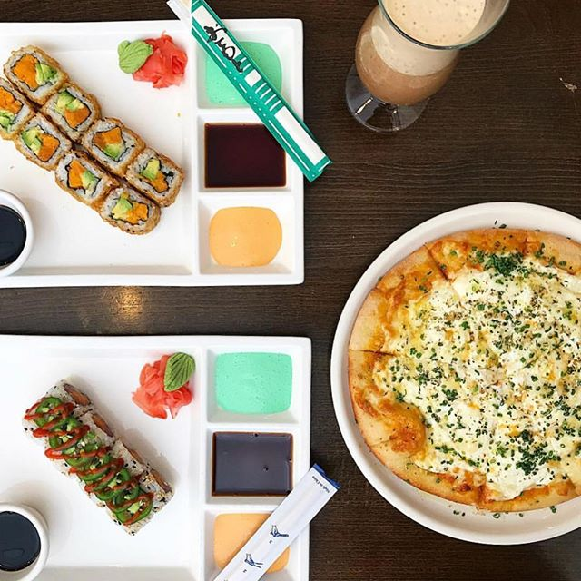Keep your friends close but your lunch closer 😜🙌 ...our always fun to share pizza and sushi 👌 Open today beginning at 11am. . . . #shavutov  #Tiberiasnyc #tiberias #kosher #foodie #koshernyc #okkosher #foodlove #manhattan #pizza #eater #midtown #yeshiva #sushinyc #feedfeed