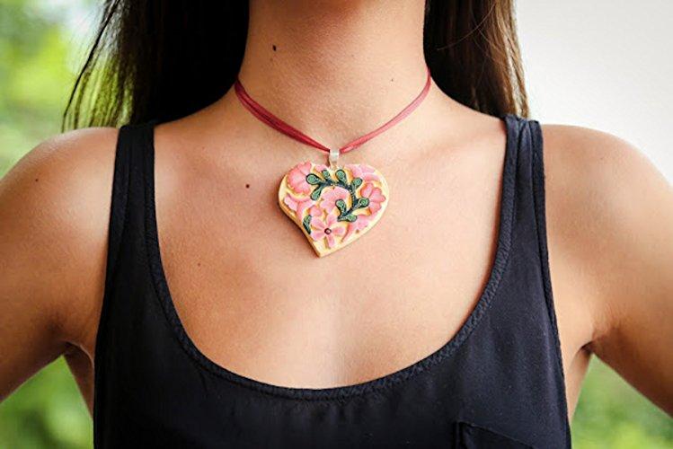 Collar Corazón Plano de Madera Tallada - $640 pesos