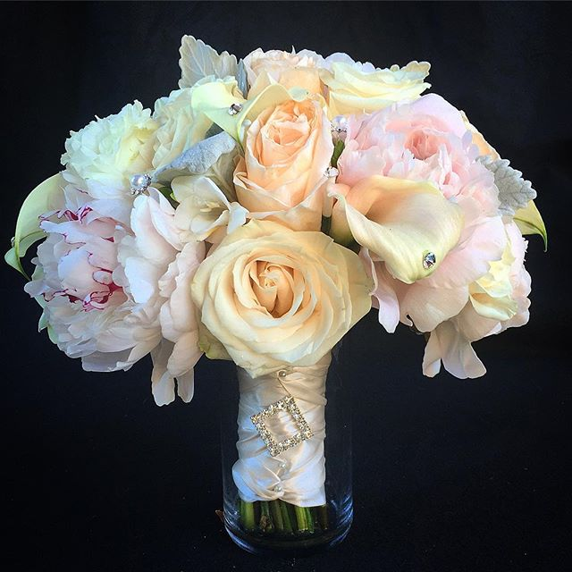 """Elegance is the only beauty that never fades."" - Audrey Hepburn  You will never go wrong with a timeless color combination like this.  #bbfloraldesign #flowerstagram #wedding #flowers"