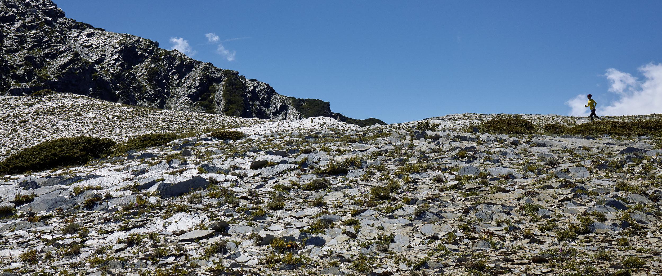 踏過碎石,進行單日陡上1,300公尺再陡降1,300公尺沿著溪谷回到營地;戴上無線耳機,在圈谷冰河遺跡的山脊上奔跑著;踩著松針覆蓋過的土壤,感受腳底傳回來的反饋;在南峰巨石頂端搖擺身體聽Radiohead,台灣屋脊中央尖的頂峰上,就這樣靜靜坐著淺淺呼吸;面對登高的恐懼,在十層樓的攀岩上尋找下一個踏點,在山裡,身體成為忠實呈現面對當下環境的受器,用Samsung Galaxy旗艦手機記錄一種力量,那是從身體裡淬鍊出的誠實感知。