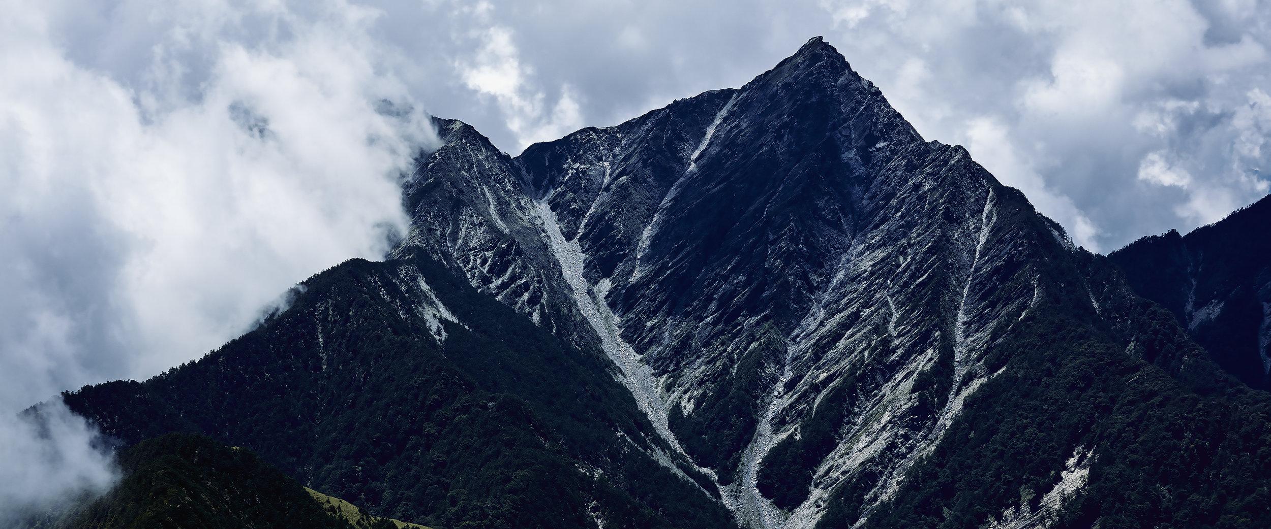 在歷經12天的北一段台灣屋脊上計畫後,下山後的夥伴們最常開玩笑的說得了平地症,想著的就是下次什麼時候再往山上去,在日常中帶著曾經經驗過的身體記憶與感知,許多價值觀與思考方式也產生了微妙的變化,像是許多登山者奉為圭臬的名言,二十世紀的傳奇英國登山家, 喬治.馬洛禮(George Mallory)所說的「因為山就在那裡」,大自然給了日常啟示,心變得更寬廣、變得謙遜,精神性的啟示標註在攀登者的身體,滲透於不再安逸的靈魂,下山之後,手機持續扮演著記錄各自生活的最佳夥伴,隨時劃開螢幕,準備超越下一次的自我顛峰。