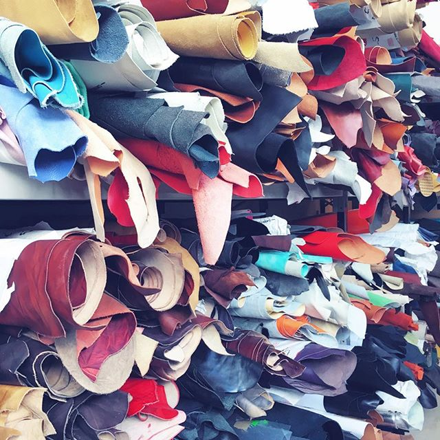 🥂We wish you a 2018 plenty of choices /// Por un 2018 lleno de opciones 🎉 . . . #newyearseve #newyear #happynewyear #leather #leatherbags #madeinspain #designedinnyc #emergingbrand #emergingdesigner #handcrafted #handmade #unlinde #tetrabag #shoulderbag #accessories #fashionaccessories #fashiondesign #cuero #hechoamano #handbag #igers #igernyc #añonuevo #2018