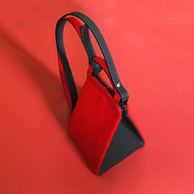 End of season SALE! Our Tetrabags are now 50% OFF!  Find us in our online store, at @tictail or at the @guggenheim store in NY and don't miss the chance! /// Rebajas de final de temporada! Nuestros Tetrabags tienen ahora un 50% de descuento! Entra en nuestra tienda online, en Tictail o en la tienda del museo Guggenheim de NY y no pierdas esta oportunidad! . . . #tetrabag #unlinde #sales #sale #50percentoff #off #descuento #leatherbag #bag #madeinspain #handmade #handcrafted #designedinnyc #nydesign #emergingdesigner #borninharlem #picoftheday #fav #cuero #bolso #origami #convertible #folding #crossbody #leather #slowfashion #geometry #NYCxDesign #guggenheimstore #guggenheim