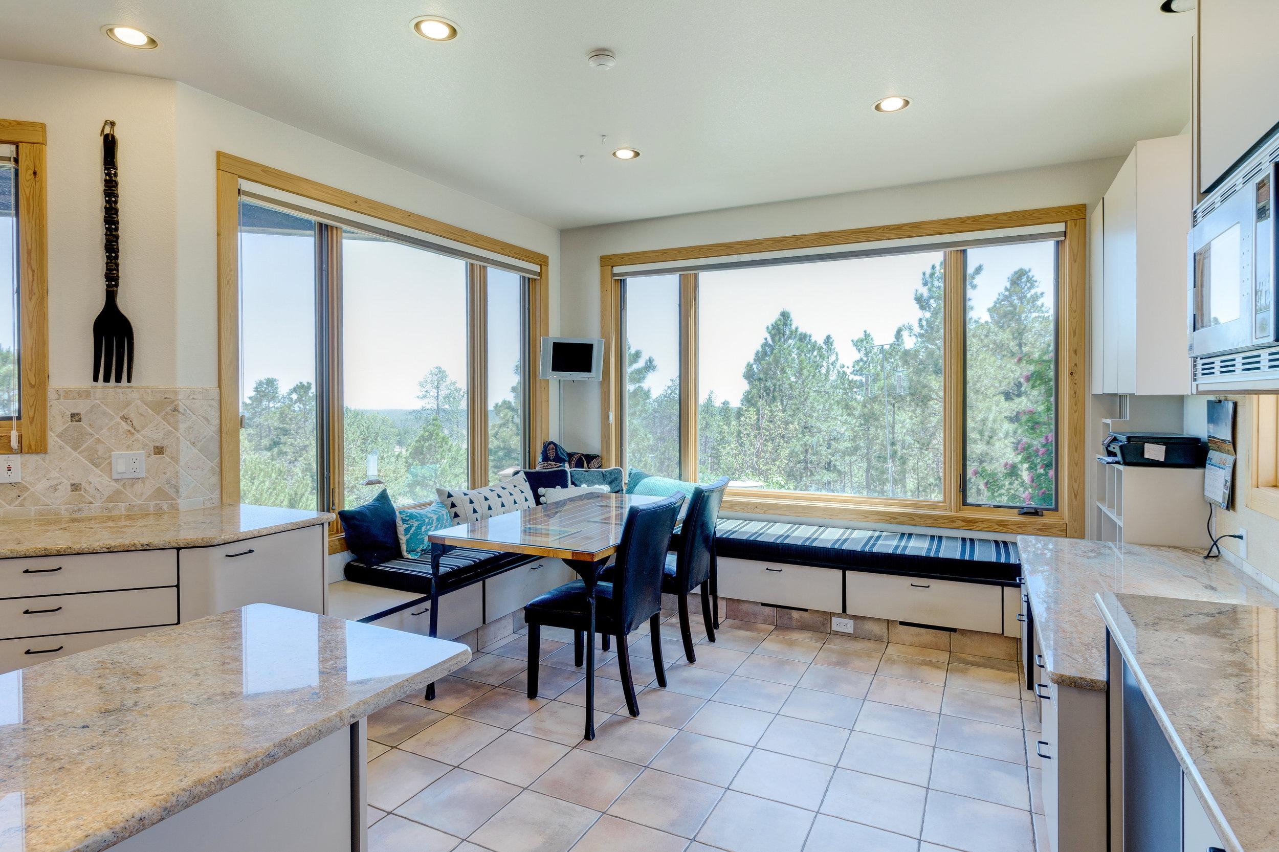 14-Kitchen Sitting Area.jpg