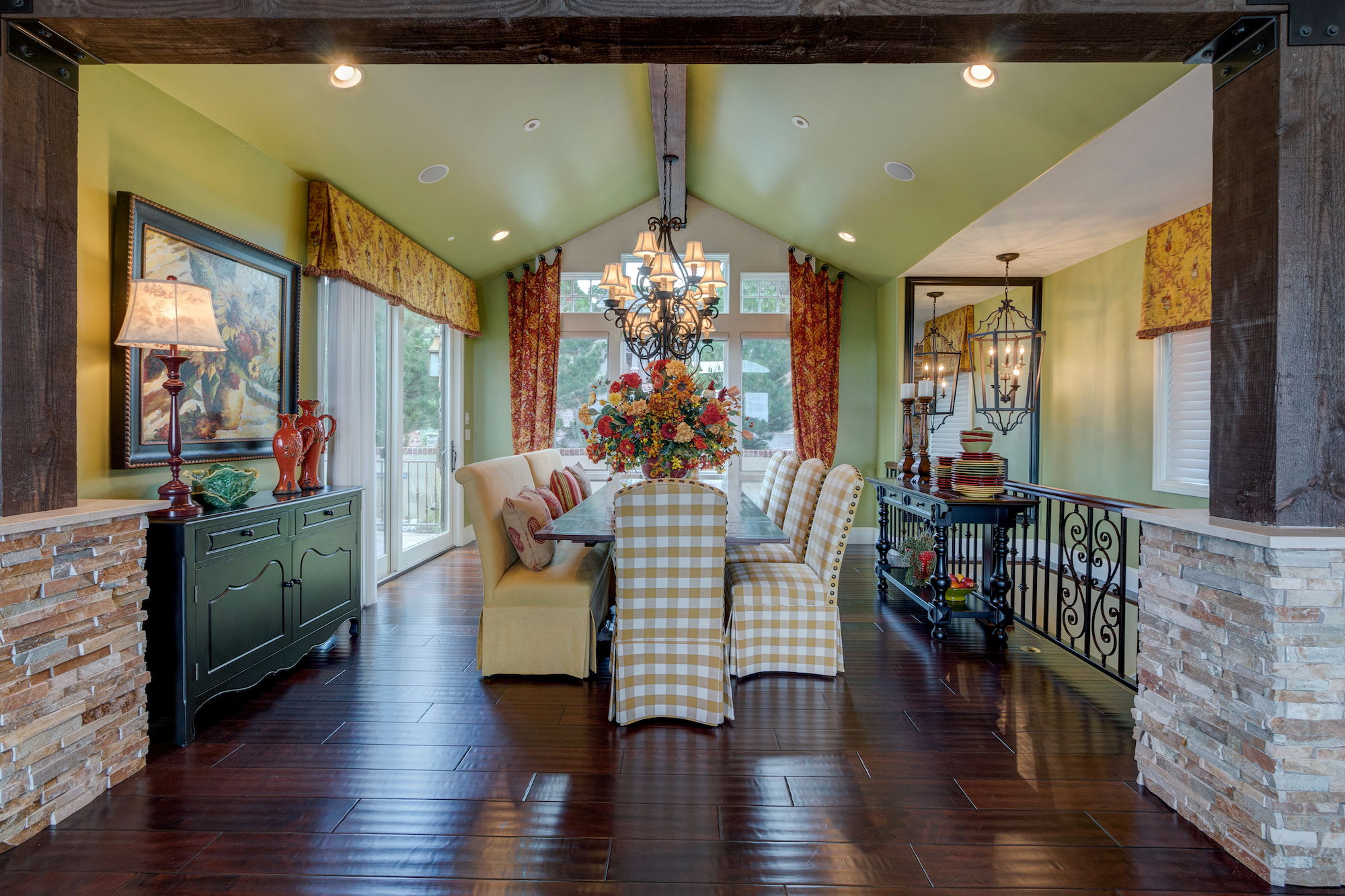 007-Dining room with vaulted ceiling opens to front patio.jpg