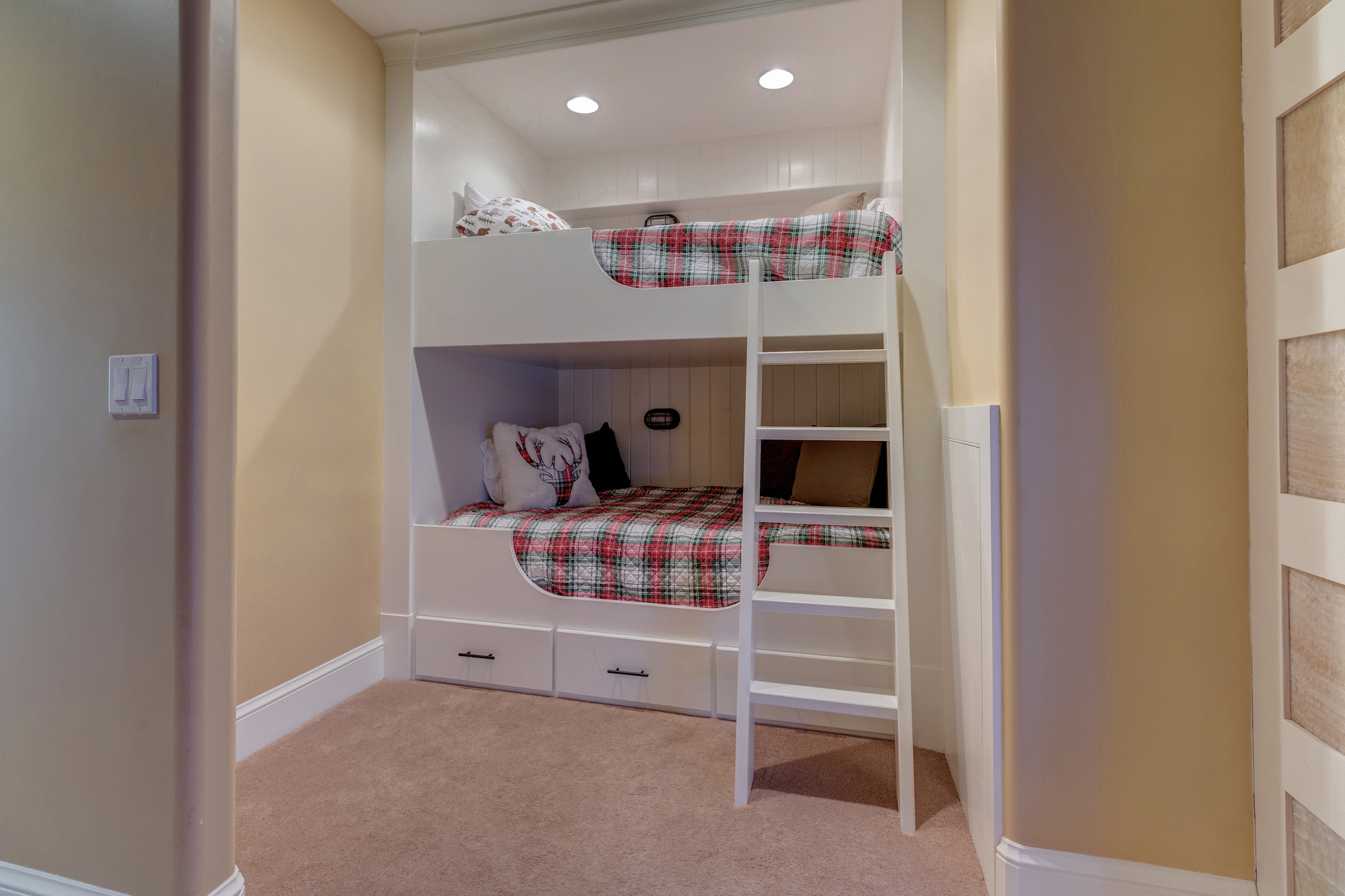 031-Built in cubby for extra sleeping.jpg