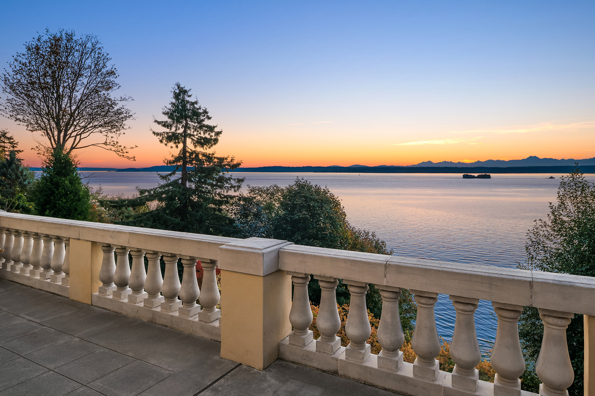 By the Numbers - From Lake Union west, the average and median selling prices were $1.08 million and $560,000, respectively. Fifteen-month residential average and median selling prices from East Lake Union to Leschi were $2.03 million and $1.63 million, respectively.