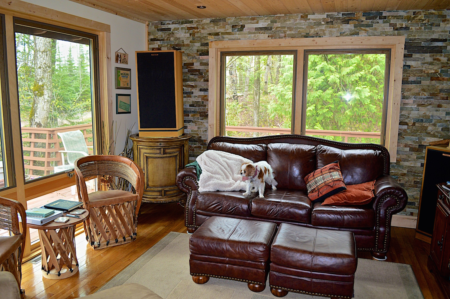 Large windows open the view to the outside.