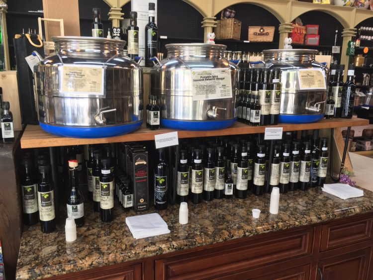 "Unique vinegar flavors are arrayed!At Beyond the Olive, there are over 25 different vinegars in addition to a wide variety of olive oils!  ""Raspberry & Basil Wine Vinegar"", ""Champagne · Mimosa Wine Vinegar"", ""Coconut White Balsamic Vinegar"", ""Coconut White Balsamic Vinegar"", ""Coconut White Balsamic Vinegar"", ""Coconut White Balsamic Vinegar"", ""Coconut White Balsamic Vinegar"" from ""Balsamic vinegar that seems to be delicious just by listening to names such as"" pomegranate "" Espresso balsamic vinegar ""and"" pear · ginger · wasabi dark balsamic vinegar "","" A vinegar to such a magical flavor? "", And a unique taste vinegar which is surprised a bit is also prepared I will."