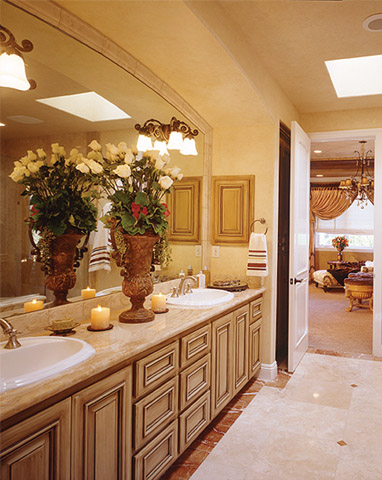 traditional.luxury.master.bathroom.floral.arrangement