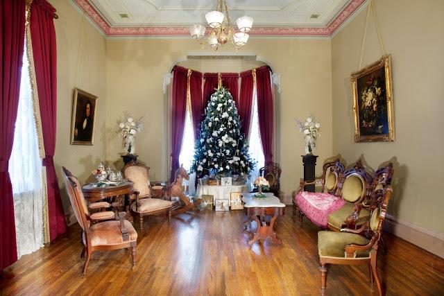 traditional.christmas.decor.floral