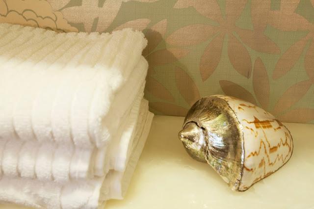 silver.sea.shell.floral.wallpaper