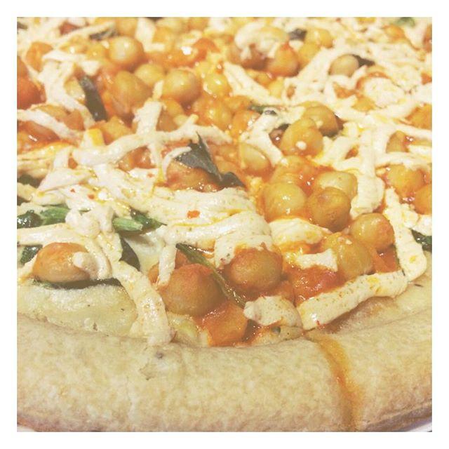Homemade white buffalo chickpea pizza! So. Good. #vegan #vegansofig #whatveganseat #plantbased #veganathlete #veganrunner