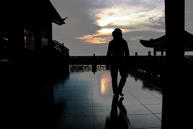El hombre caminaba hacia el horizonte.