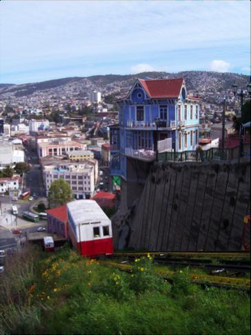 Aquí puedes ver uno de los famosos ascensores de Valparaíso, Chile.