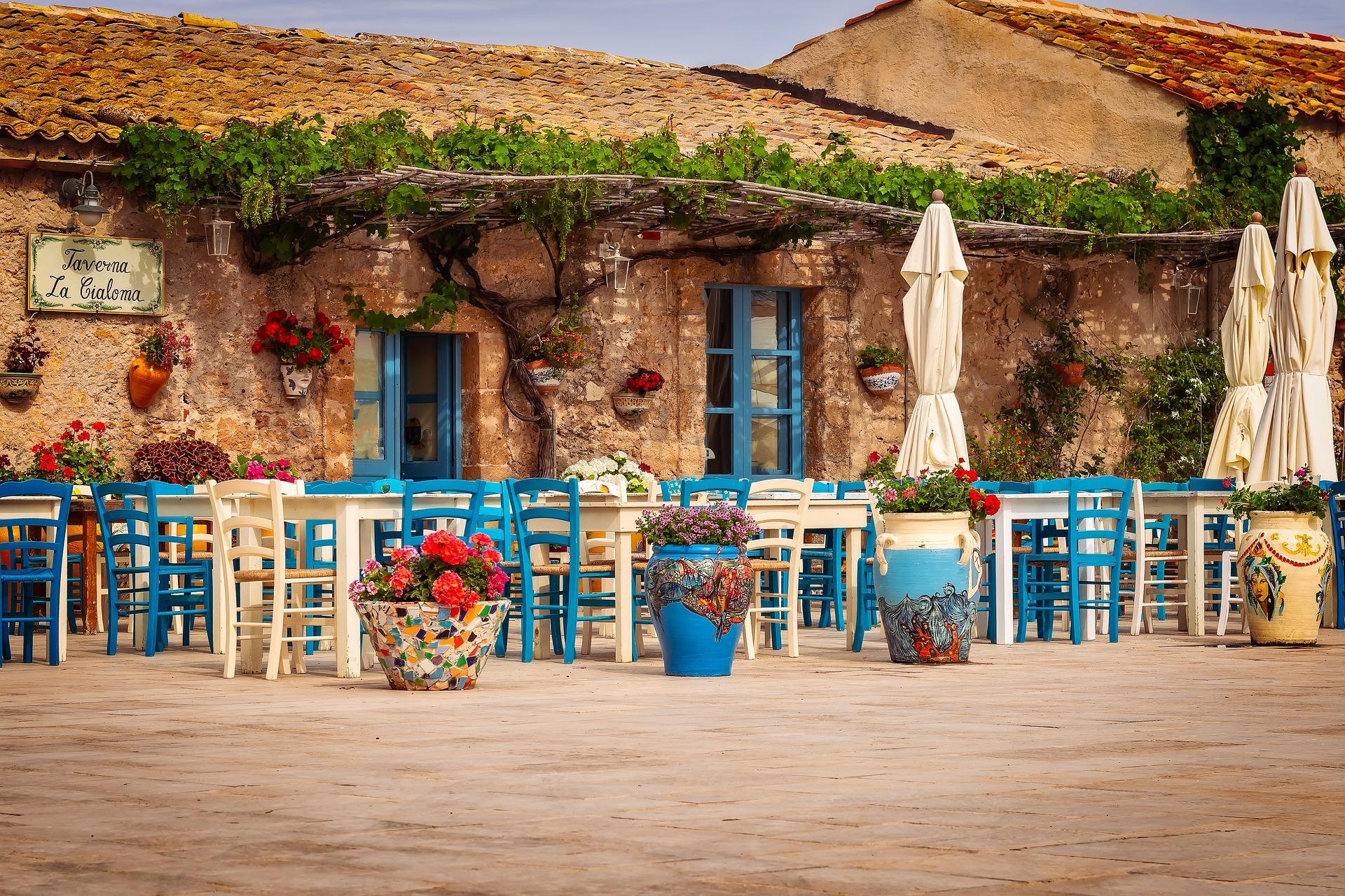 Diego está en un restaurante romántico.