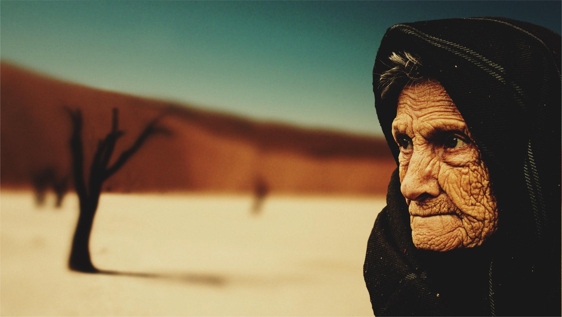 ¿Tendrá miedo esta mujer anciana?