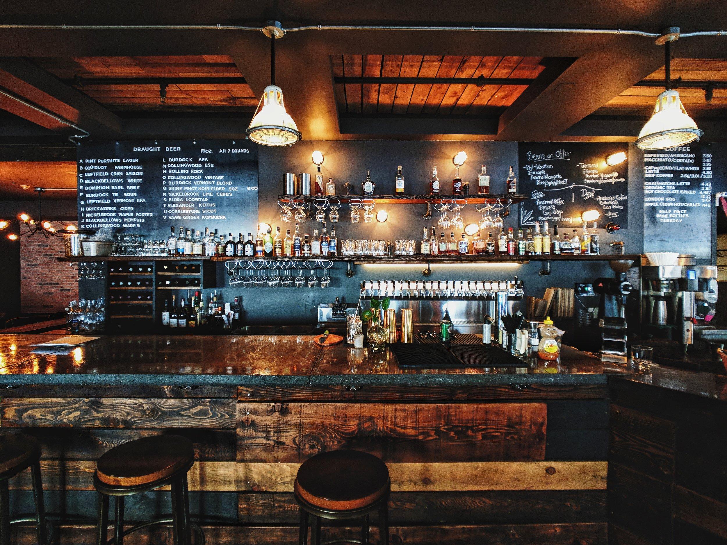 Mateo va a un bar en el centro de Tegucigalpa, la capital de Honduras.