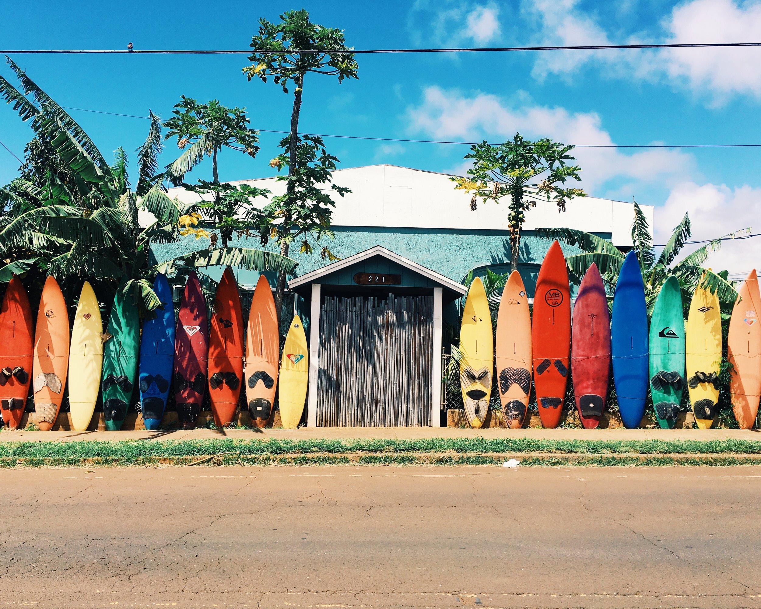 Juanita quiere ser una surfista profesional.