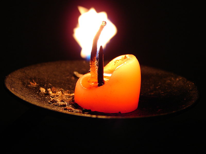 800px-Candle_stump_on_holder
