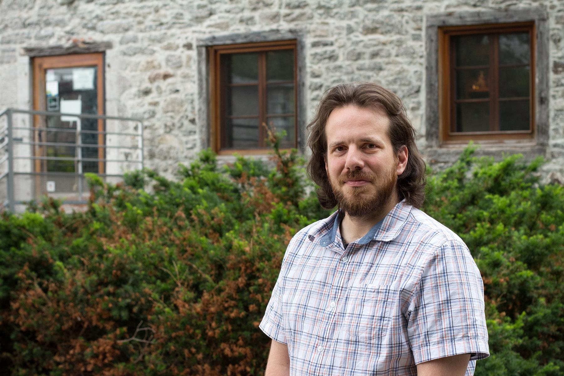 Vincent G. devant la maison du Meunier