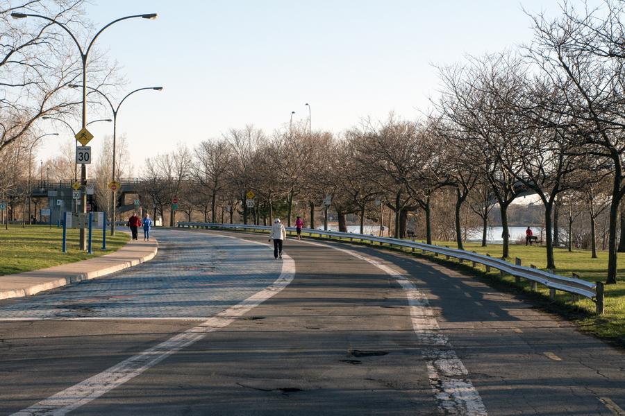 Le Parc Maurice-Richard d'aujourd'hui est la bande de terre au nord de l'avenue Park-Stanley le long de la rivière. Voici la glissière de sûreté d'autoroute et la section de pavage qui devraient être enlevés pour étendre la surface du parc et le lier organiquement avec le Parc Basile-Routhier.