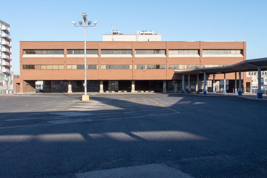 L'édifice autrefois occupé par Revenu-Québec et le stationnement des autobus de la STL. C'est par cet édifice que se faisait l'accès au Métro.