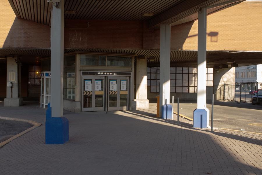 Voici l'entrée du Métro aujourd'hui condamnée.