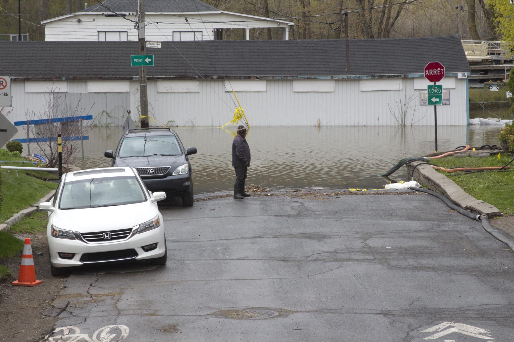 Le Club de canotage de Cartierville et la rue Cousineau sous l'eau.