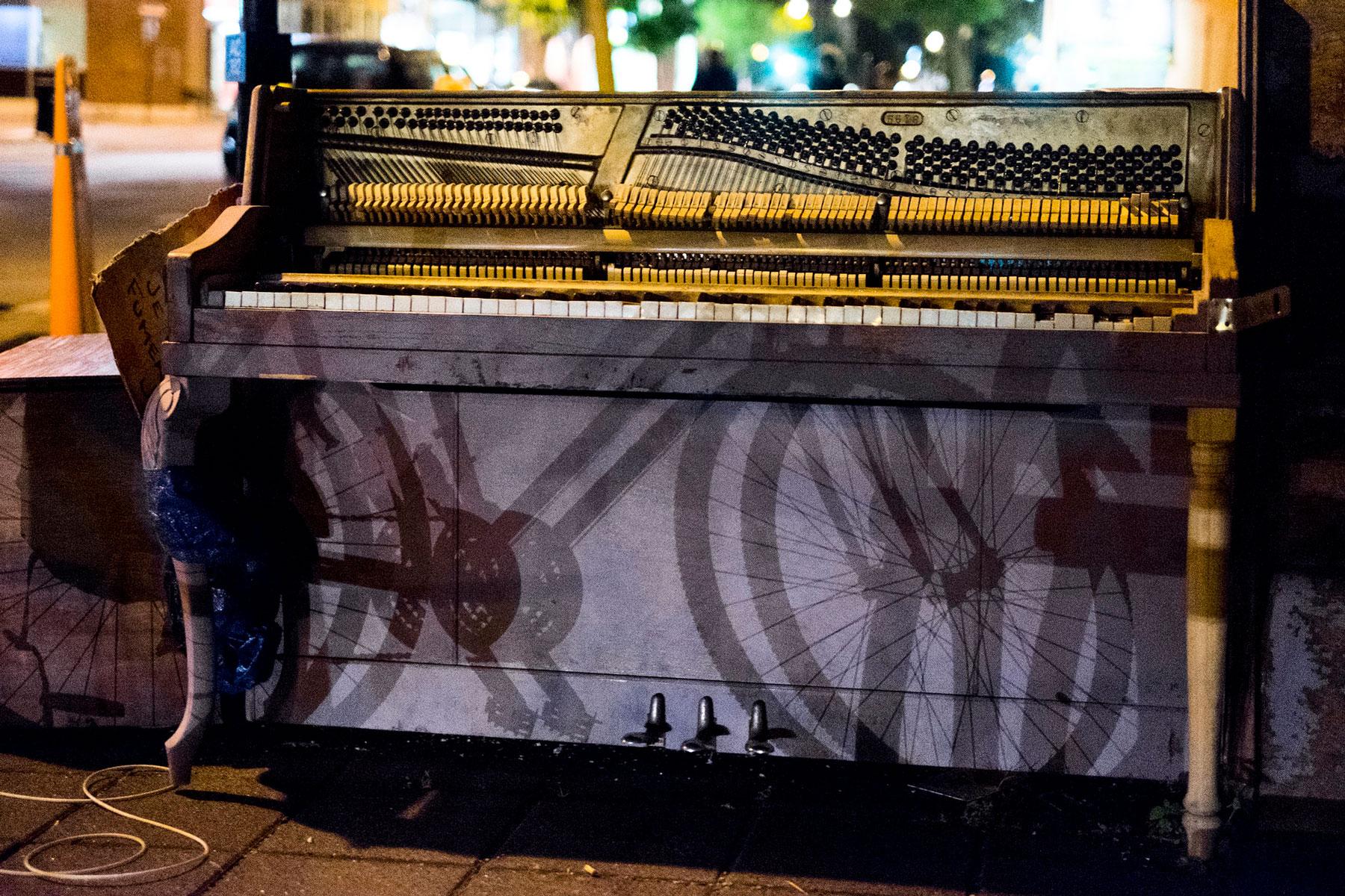 L'ombre de mon vélo portée deux fois sur le piano de la rue Fleury Est par les phares d'une automobile.
