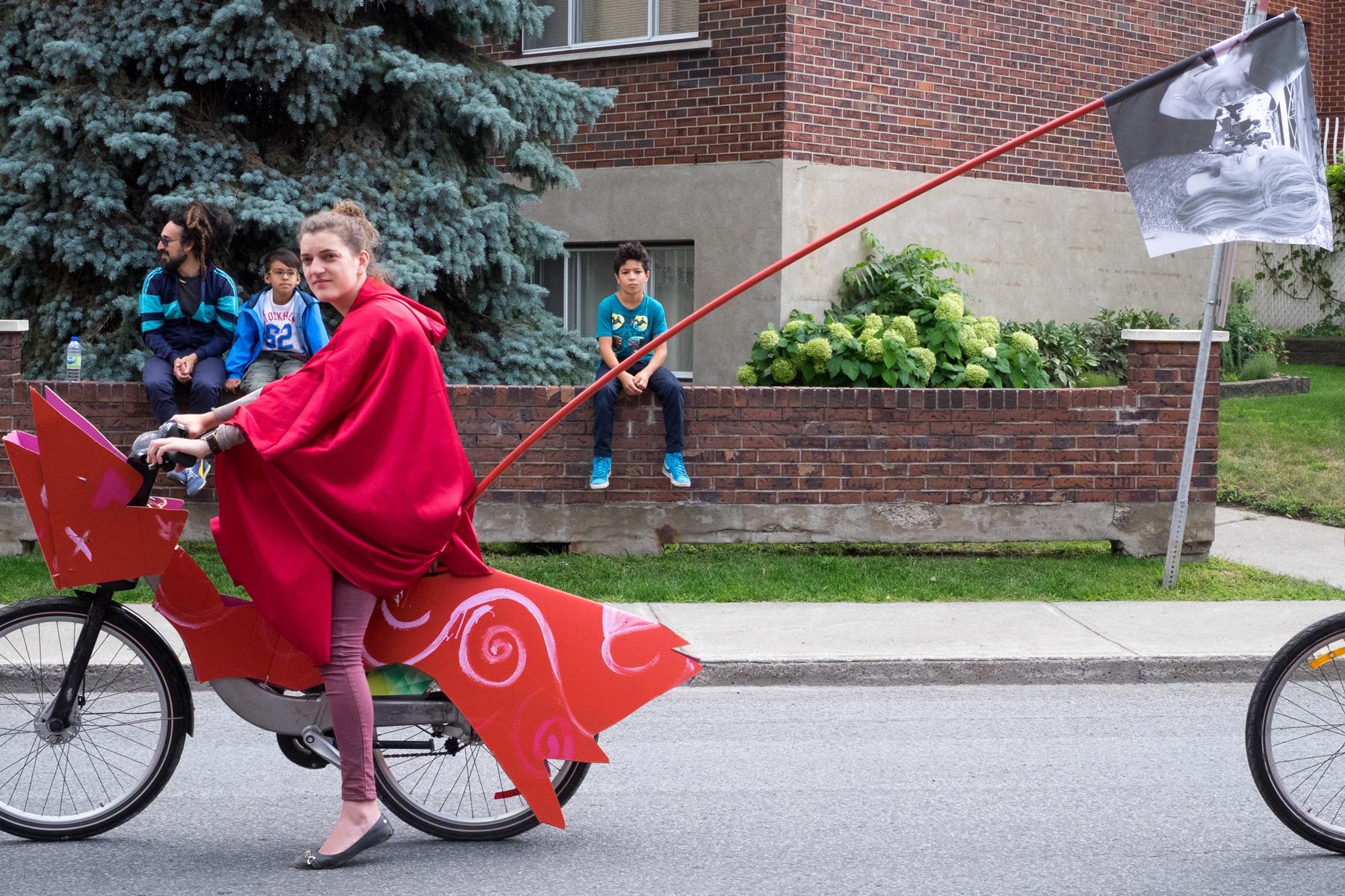"""Une participante au défilé de vélos allégoriques de """"Mon vélo raconte"""".Boulevard Gouin, du pont Pie-IX au parc Aimé-Léonard à Montréal-Nord, le samedi 26 août."""