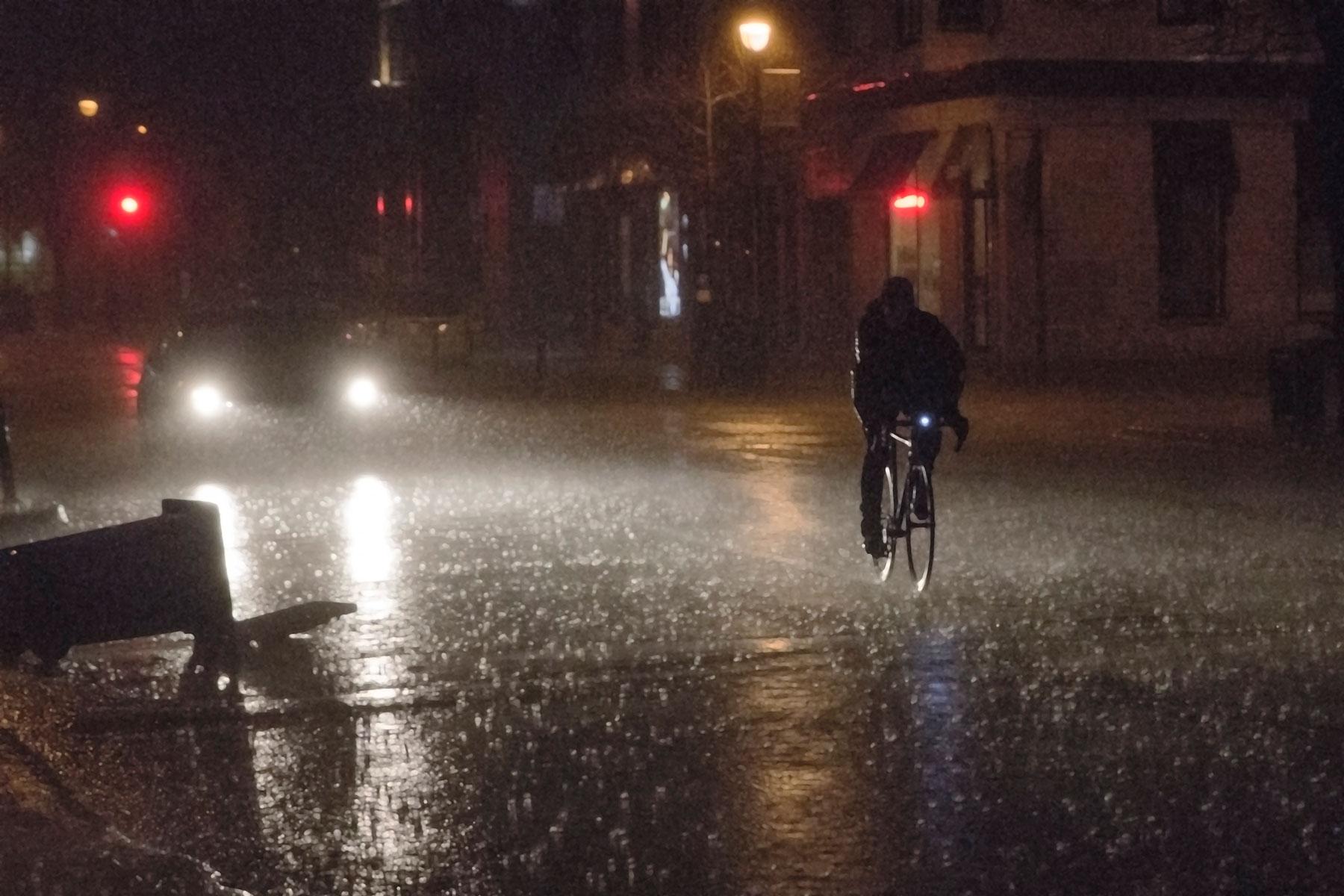 Premier orage printanier. Gros coup de vent et de pluie rue Fleury est, Ahuntsic.