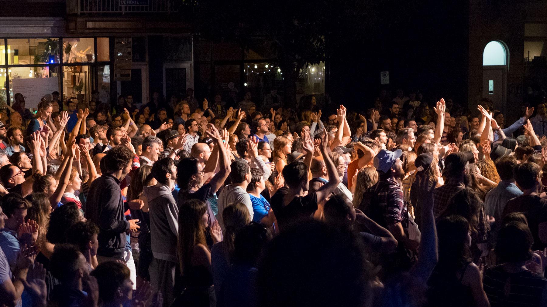 La foule réunie par une chaude journée d'été rue de Castelnau.
