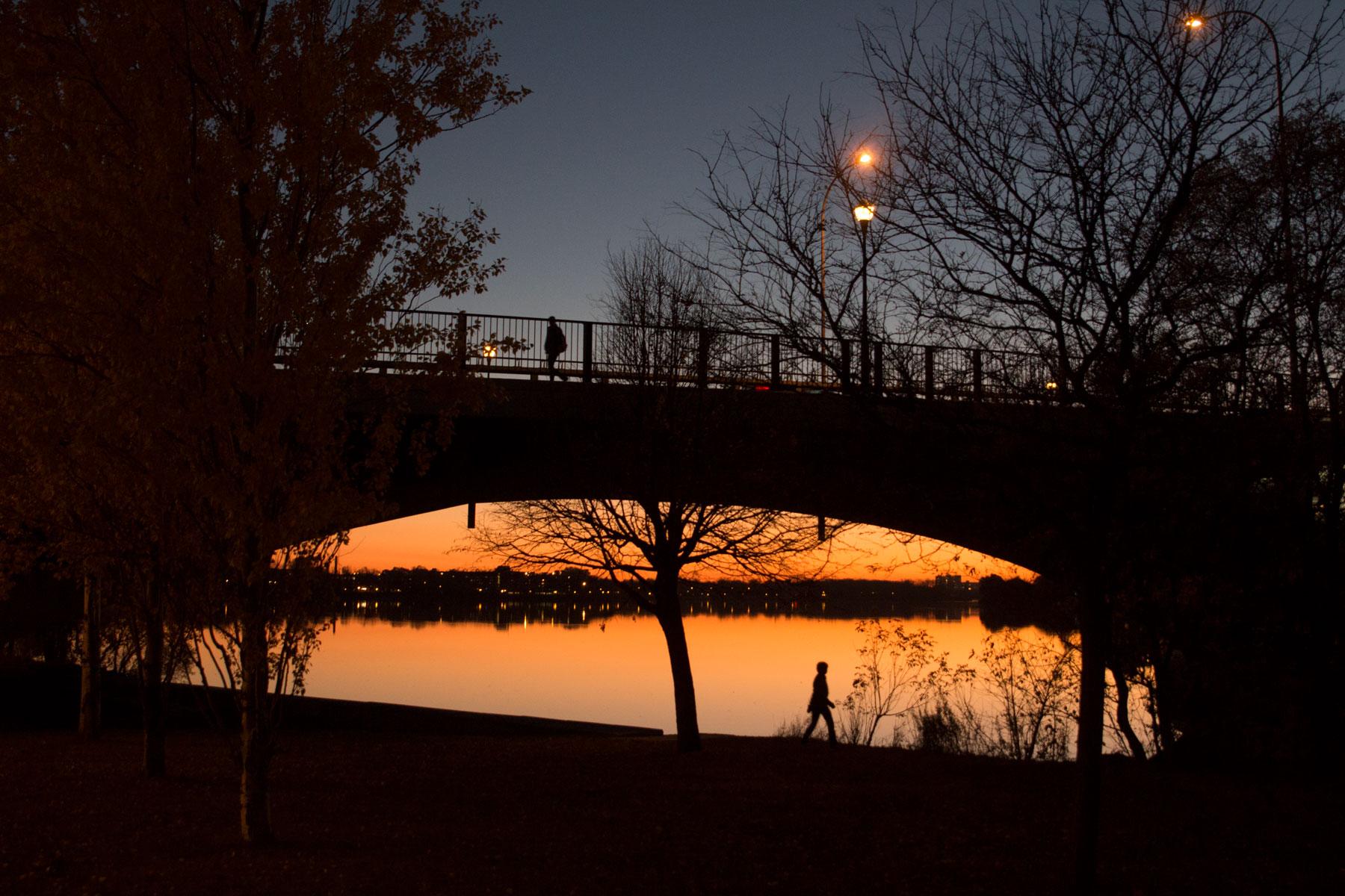 Le pont Viau au crépuscule un jour sans vent.