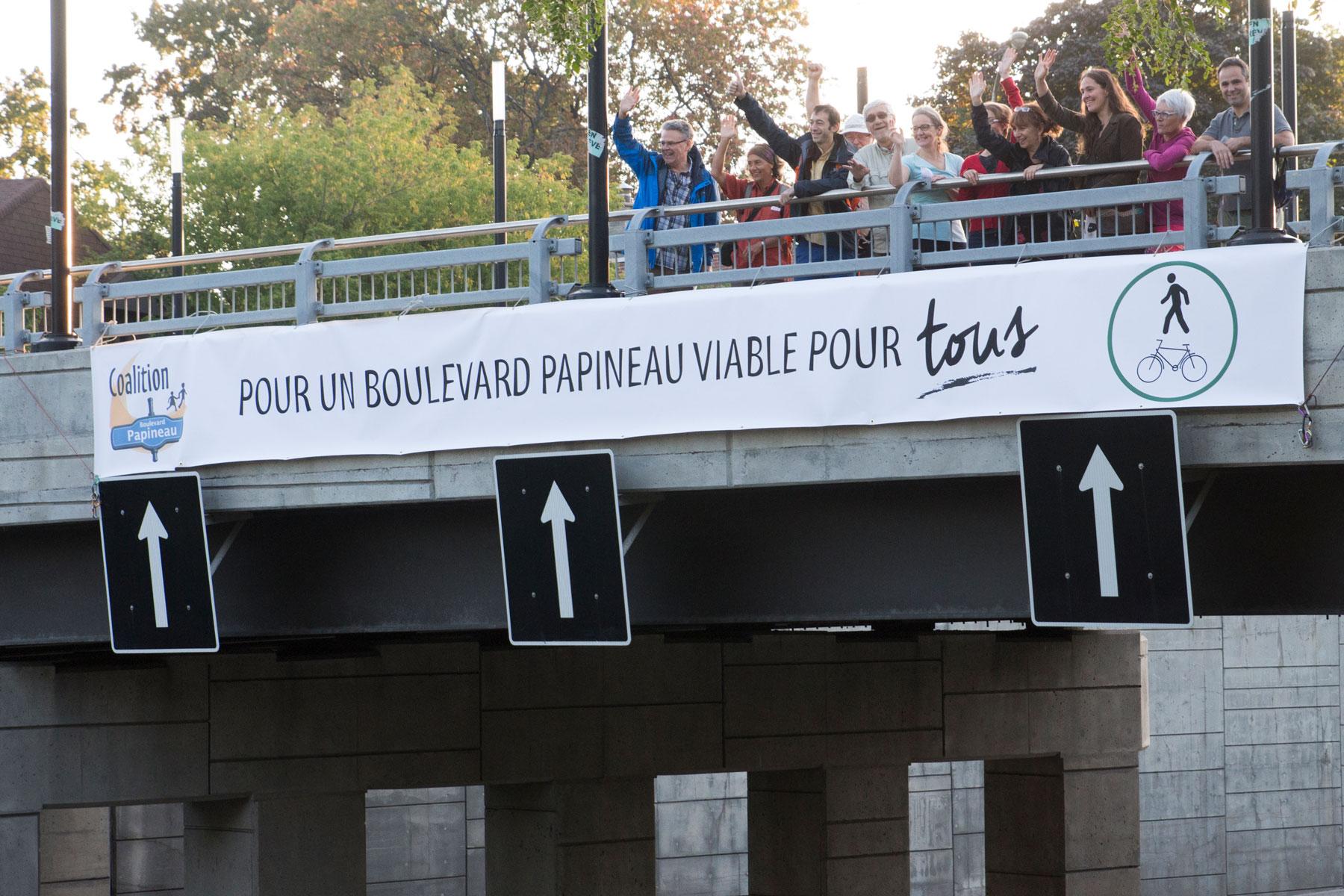 Le jeudi 21 septembre des militants de la Coalition boulevard Papineau accueille les automobilistes qui rentrent sur l'Île et le déclenchement des élections municipales.