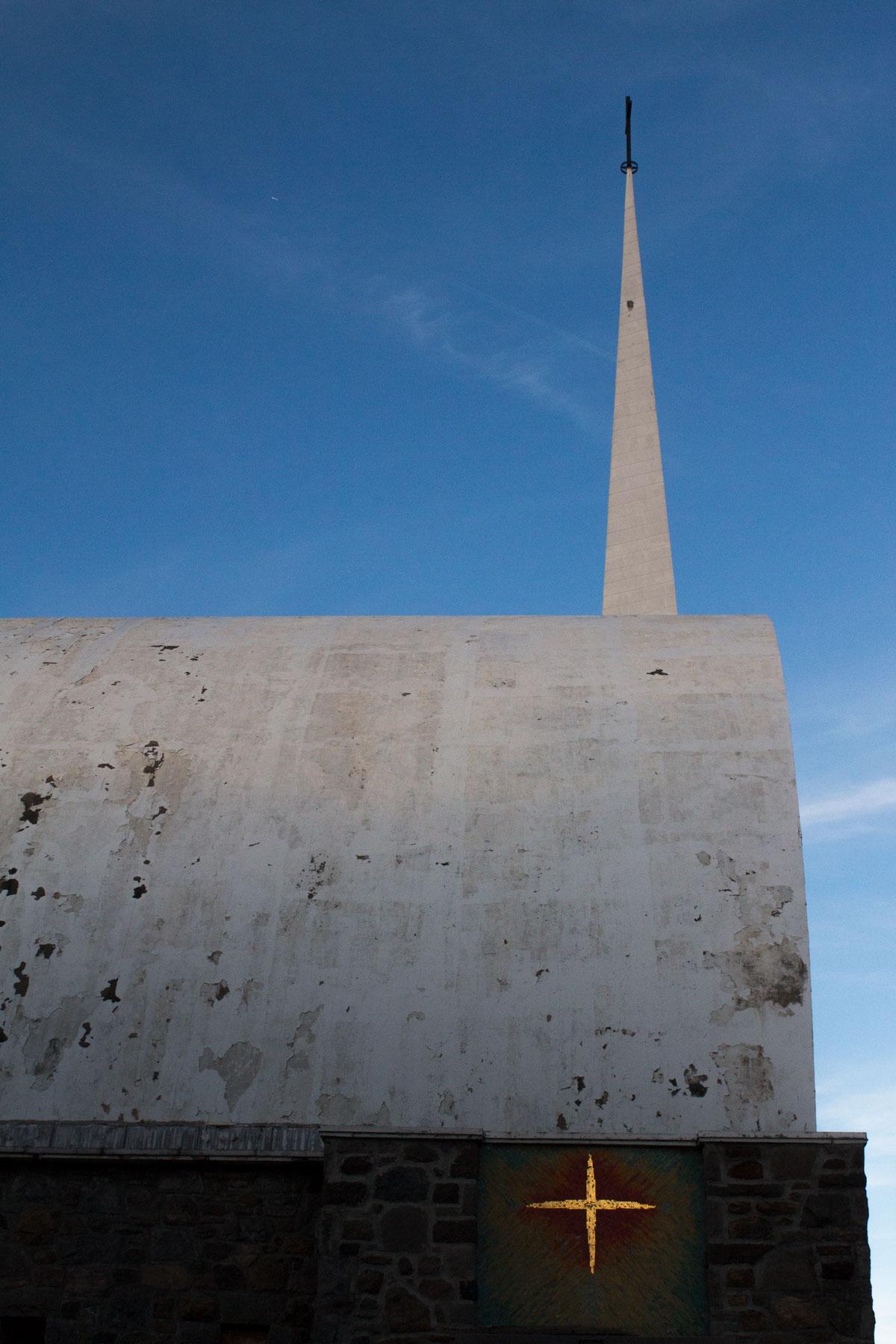 Bâtie trop près de la route quelques années avant la construction des voies élevées de la Métropolitaine, l'église St-Bernardin-de-Sienne tombe en ruine. St-Michel.