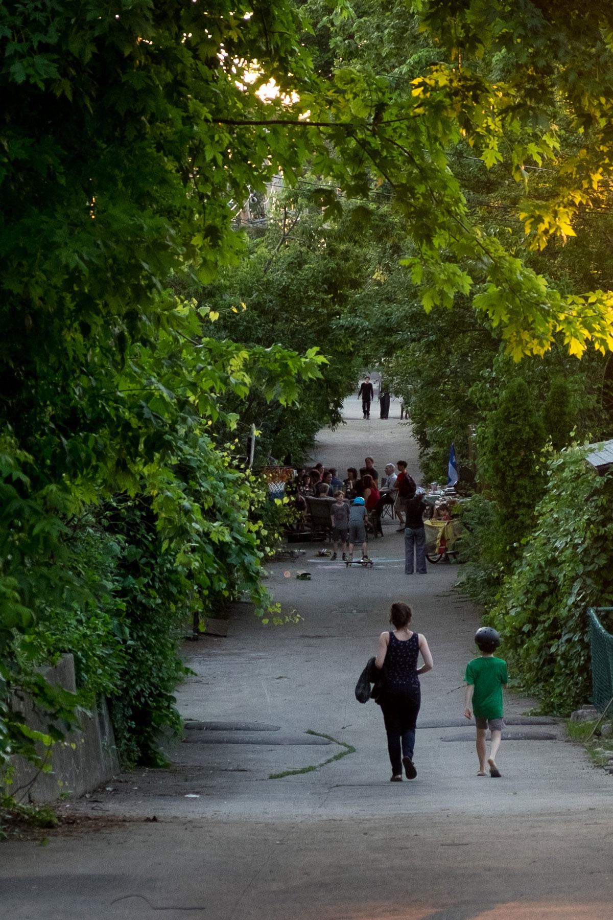 Fête de la St-Jean entre voisins dans une ruelle d'Ahuntsic