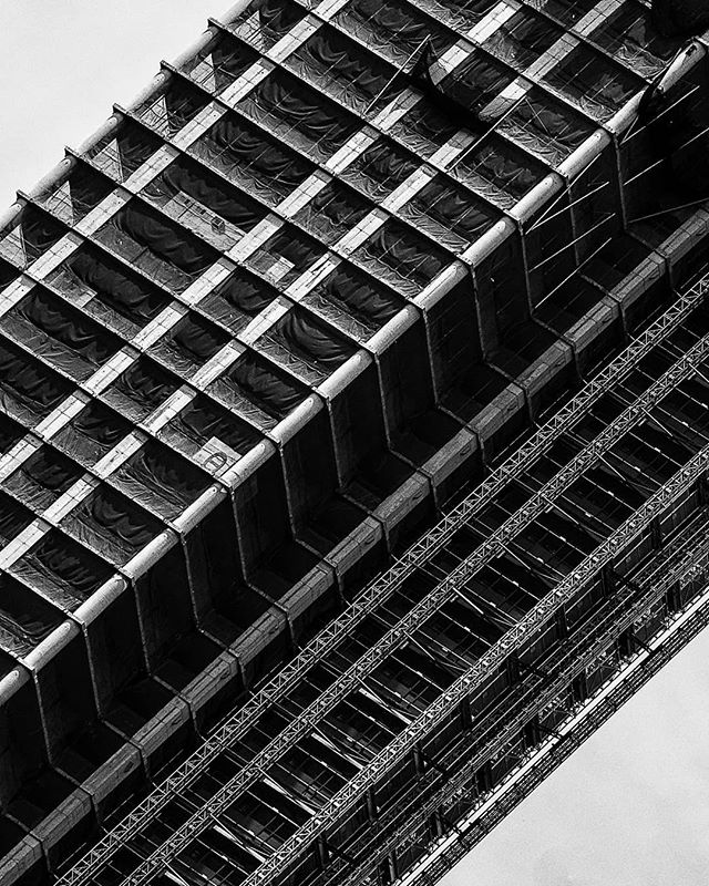 This building has a ton of cool textures. Wish i had the Sony 100-400 GM at the time.  #sonyalpha #sonyalphasclubclub #sonyimages #bealpha #FatalFrames #MoodyGramstl #aov #ArtofVisual #aovmobile #jaw_dropping_photos #adventure #agameoftones #savageframes #nature_good #neverstopexploring #beautifuldestination #earthpix #awesomepix #sonyphotogallery #city #skyscraper #architecture #blackandwhite