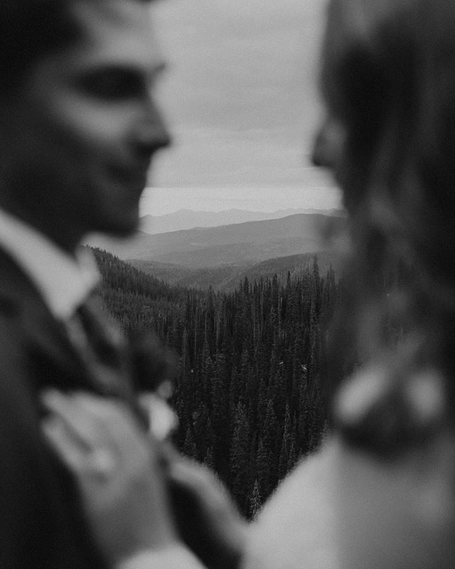 Had to snag a pic of the layers of mountains behind the already gorgeous couple ✨ cause I mean come on! 😍🌲
