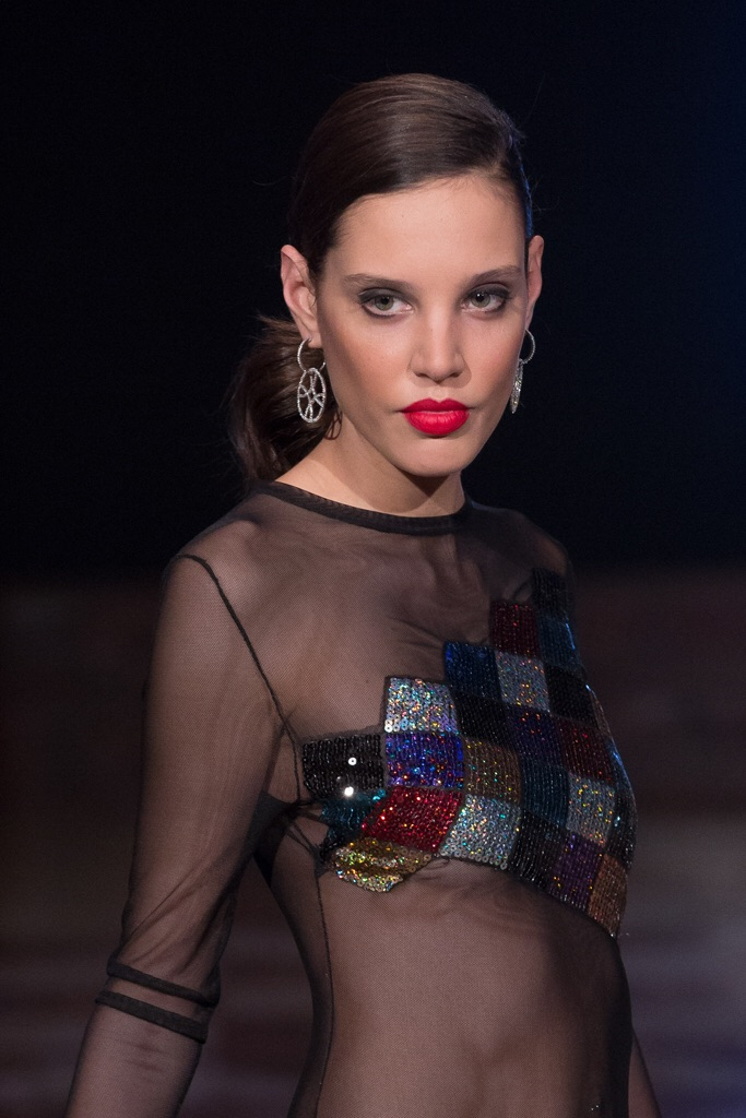 Harlequin sequins floating on black mesh - earnings Flori Gomez - photo Santiago Ladeiro