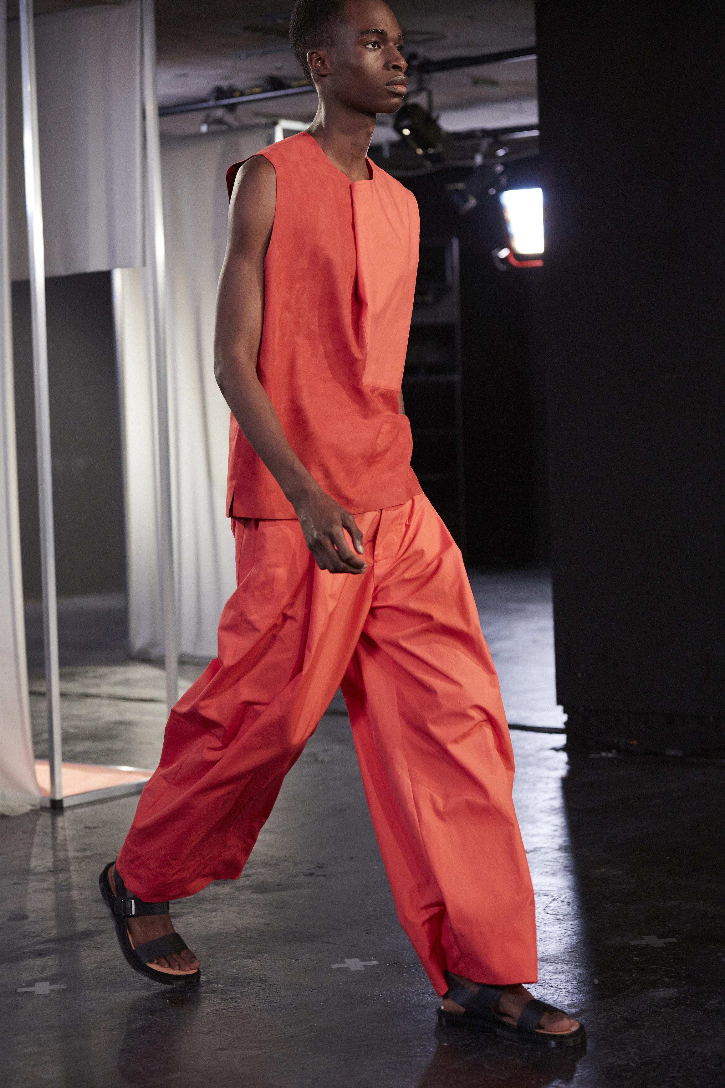 Favourite wide length trousers and folded volume T. - Photo Wilhem Jespert