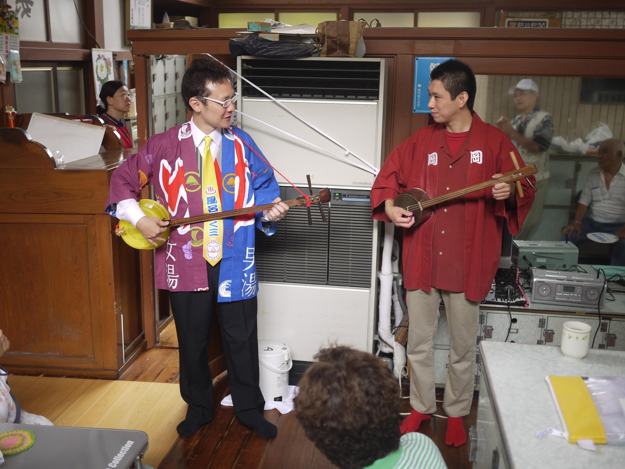 Furo Wakuzo performing with Oka Daisuke.