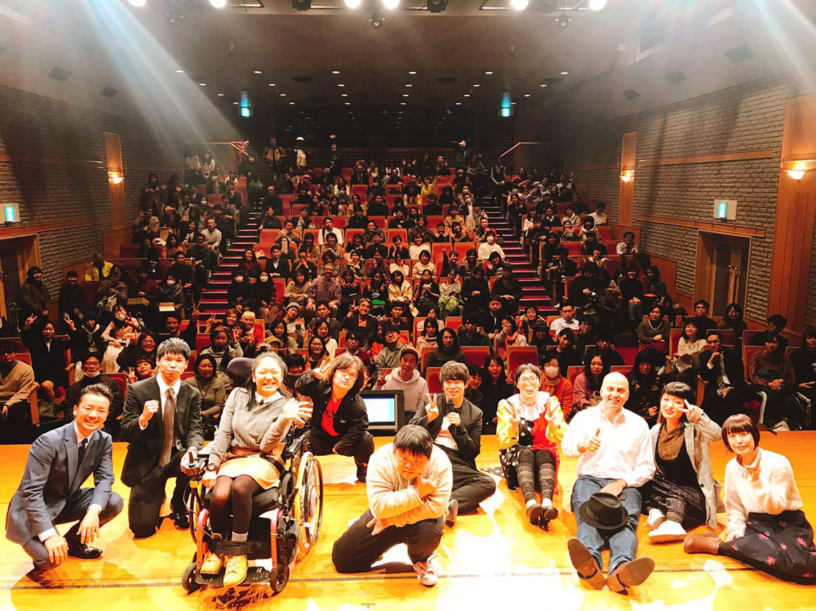 Muramoto (center in black) with the performers and audience at the end of the night. (Picture courtesy of Muramoto Daisuke)