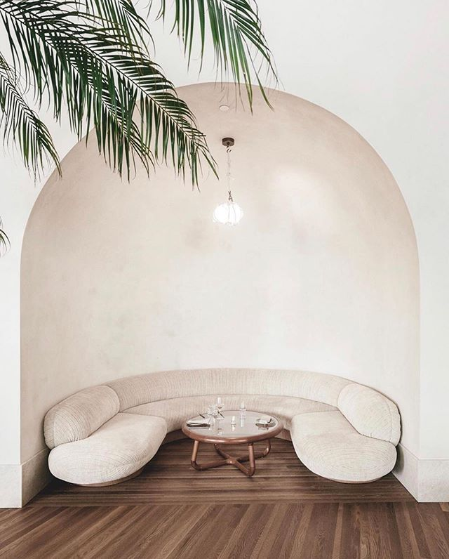 Do you ever look back at those saved posts? I peeked back at mine and this post by @carleyscamera Of the @santamonicaproper is the one my eye immediately went to. First of all the arched nook 🙌🏼... this space feels simple yet there are so many purposeful details @kellywearstler added. oh and the pop of palm leaves poking down.