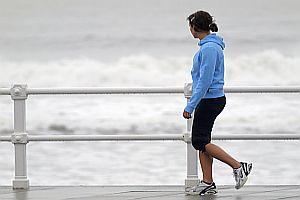 Chica paseando por la playa
