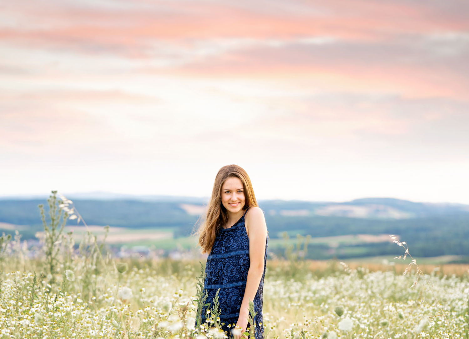 Ramstein High School Senior girl summer Session in Eulenbis with young woman celebrating her milestone with an outdoor photo session by photographer Sarah Havens from the KMC area, Germany  Schulabschluss Fotoshooting mit junger Frau in Sommer in Feld von Fotografin Sarah Havens aus Reichenbach-Steegen bei Kaiserslautern, Rheinland-Pfalz