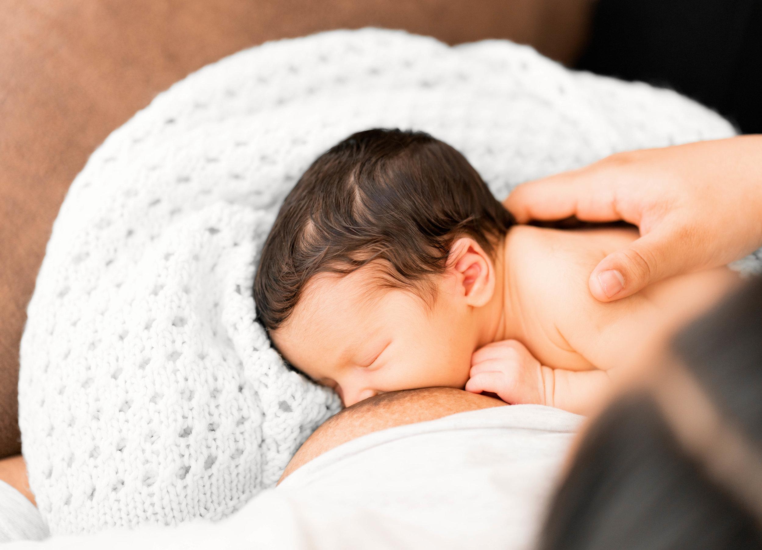 Intimate lifestyle in-home newborn session in Landstuhl, kmc area Germany by family photographer Sarah Havens. Breasfeeding Session. Kuscheliges home session mit Neugeborenem Mädchen und Eltern in Ramstein , Rheinland-Pfalz.