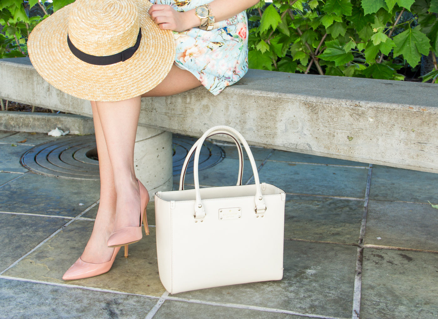Straw hat & structured bag | via The Chic Diary