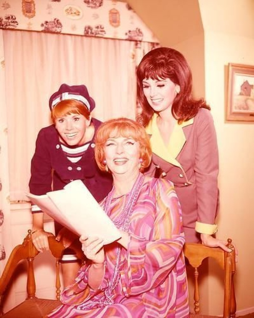 Agnes_Moorehead_on_set_of_Bewitched_with_Marlo_Thomas_Sally_Field.jpg