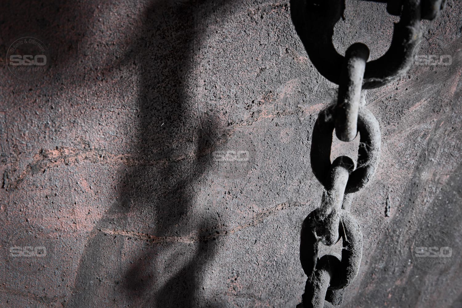 Urbex : The chain and its shadow / La chaîne et son ombre